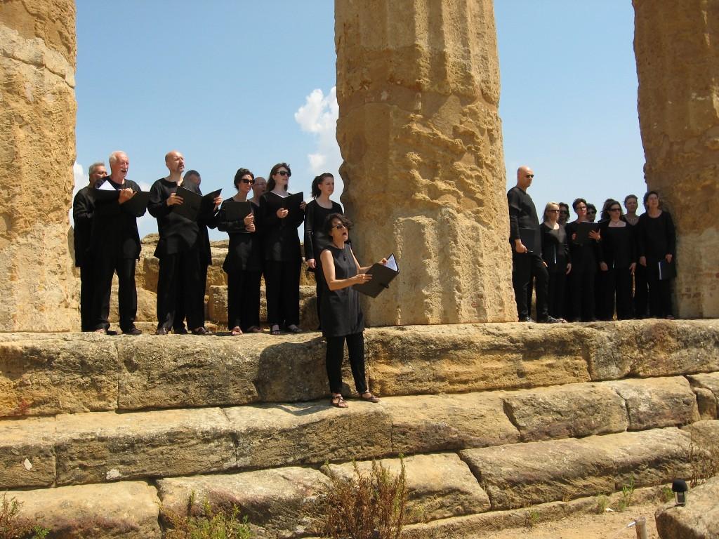 Si canta Pindaro al Tempio di Ercole (musica e voce sola: Cristina Fedrigo). ZH2VOX era autorizzato a stare lì tra le colonne per l'occasione del concerto (non ci si può salire liberamente). Valle dei Templi (Agrigento), 2015.