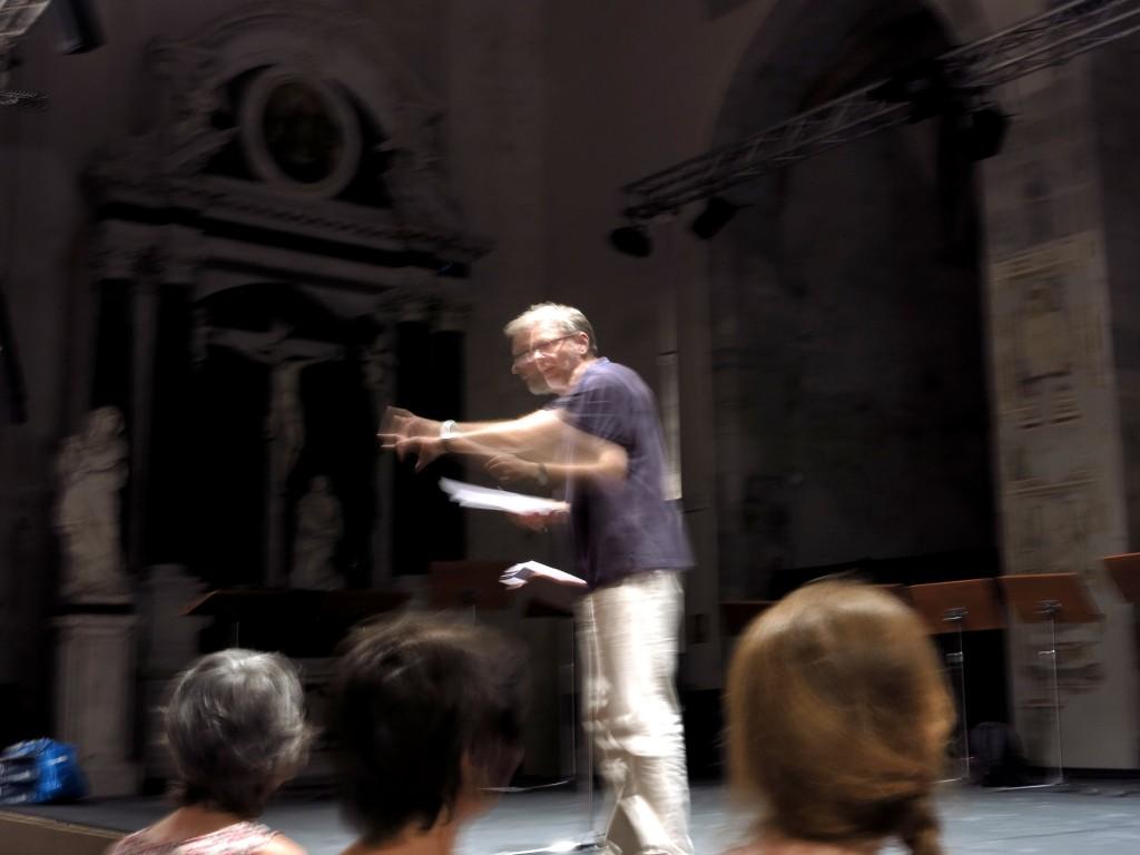 Il Maestro Franz Herzog (Vocalforum Graz e concerto) in attività durante le prove.