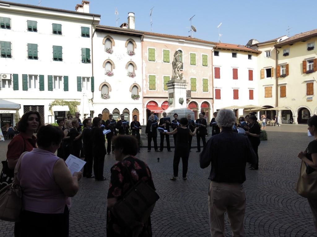 ZH2VOX canta nella Piazza Paolo Diacono (o delle Donne) di Cividale del Friuli.